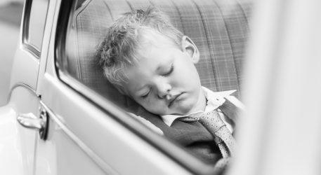 Bruidskind slapend in de auto