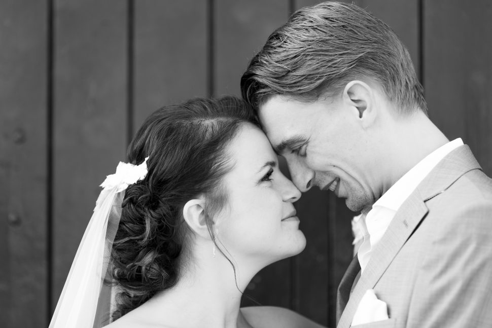Bruidsfotograaf Peter Lammers met een bruidspaar in het Havenkwartier in Deventer