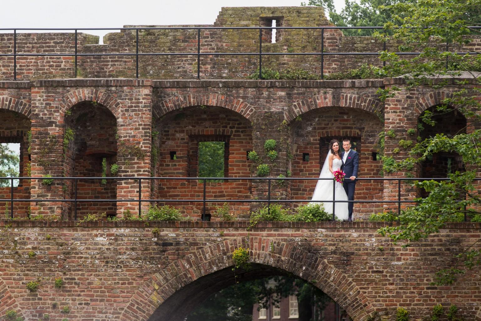 Bruidspaar op de stadsmuur in Zutphen