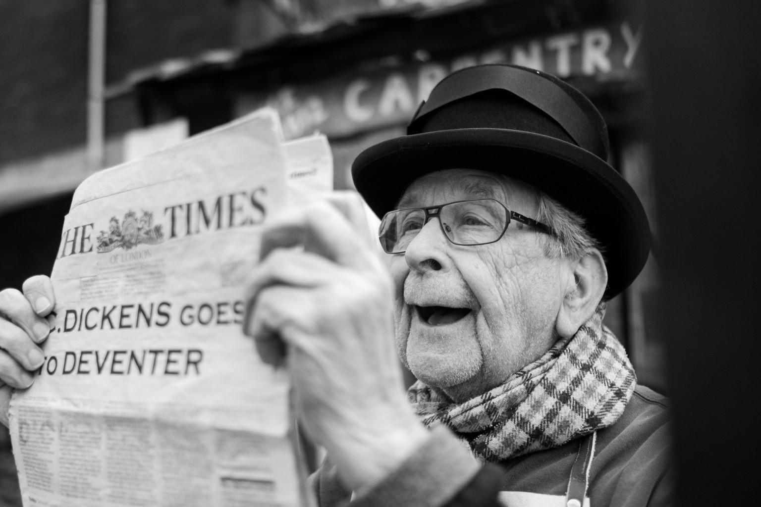 Dickens Festijn 2016 in Deventer - man leest krant