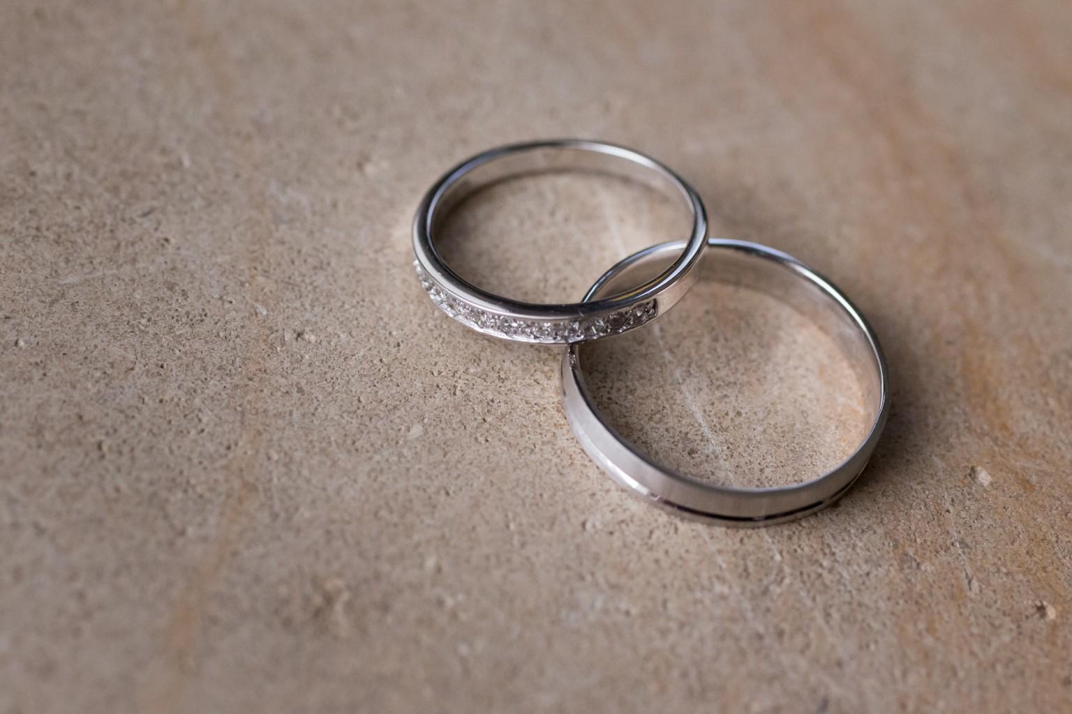 Huwelijksringen van zilver op natuurstenen ondergrond
