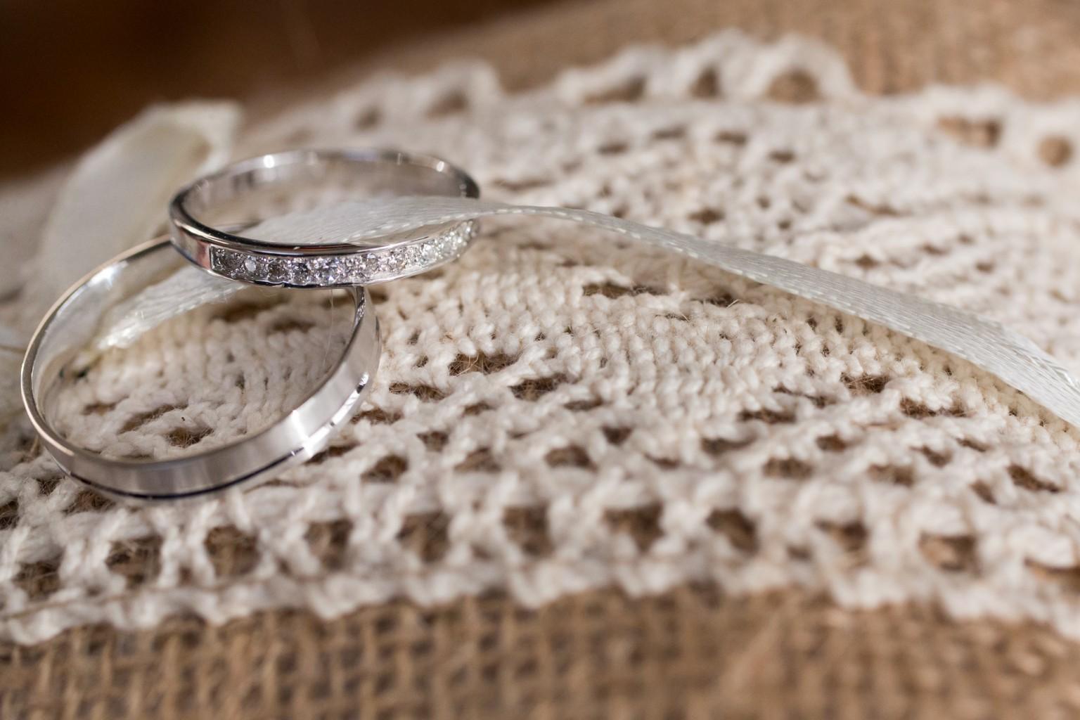 Huwelijksringen van zilver op gehaakte ondergrond