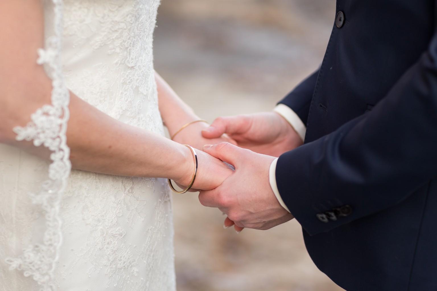 Handen van de bruid en bruidegom - ceremonie