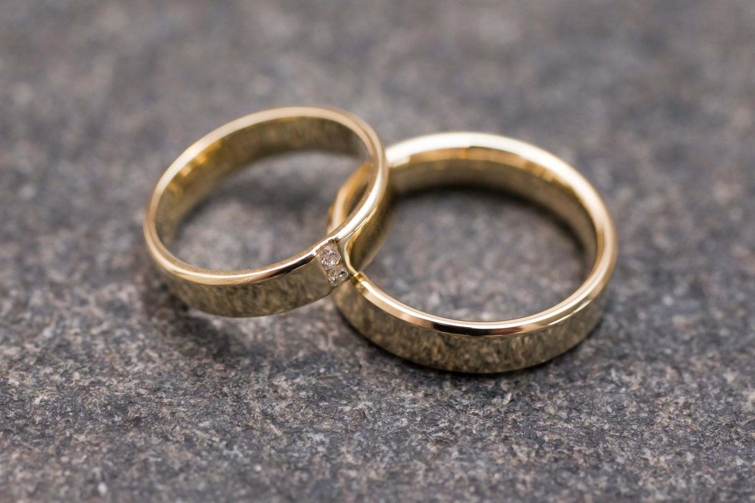 Gouden ringen op zwarte stenen ondergrond