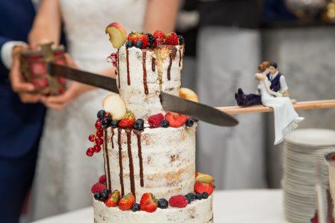 Aansnijnden bruidstaart met een sabel