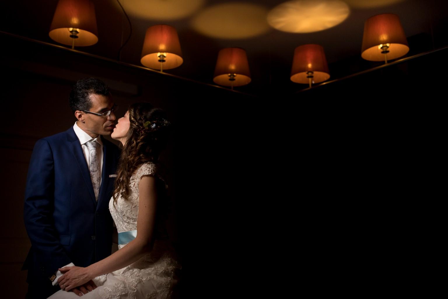 Off camera flash avondopname bruidspaar