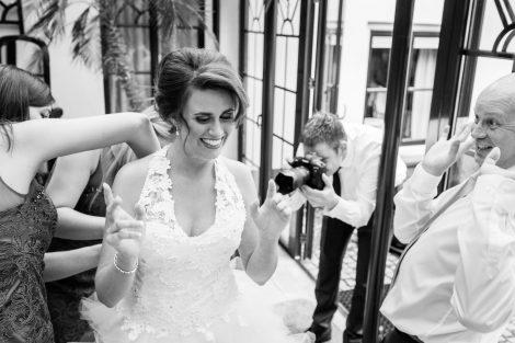 Bruid maakt zich gereed in de suite van Kasteel Engelenburg in Brummen