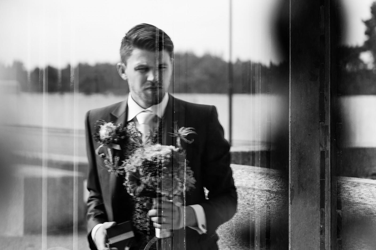 Bruidegom voor de deur met boeket en ringen