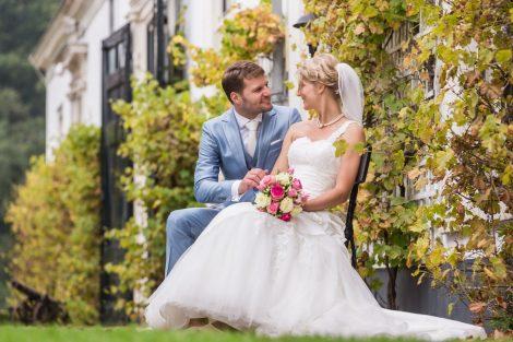 Bruidspaar op een bankje bij Kasteel Engelenburg in Brummen