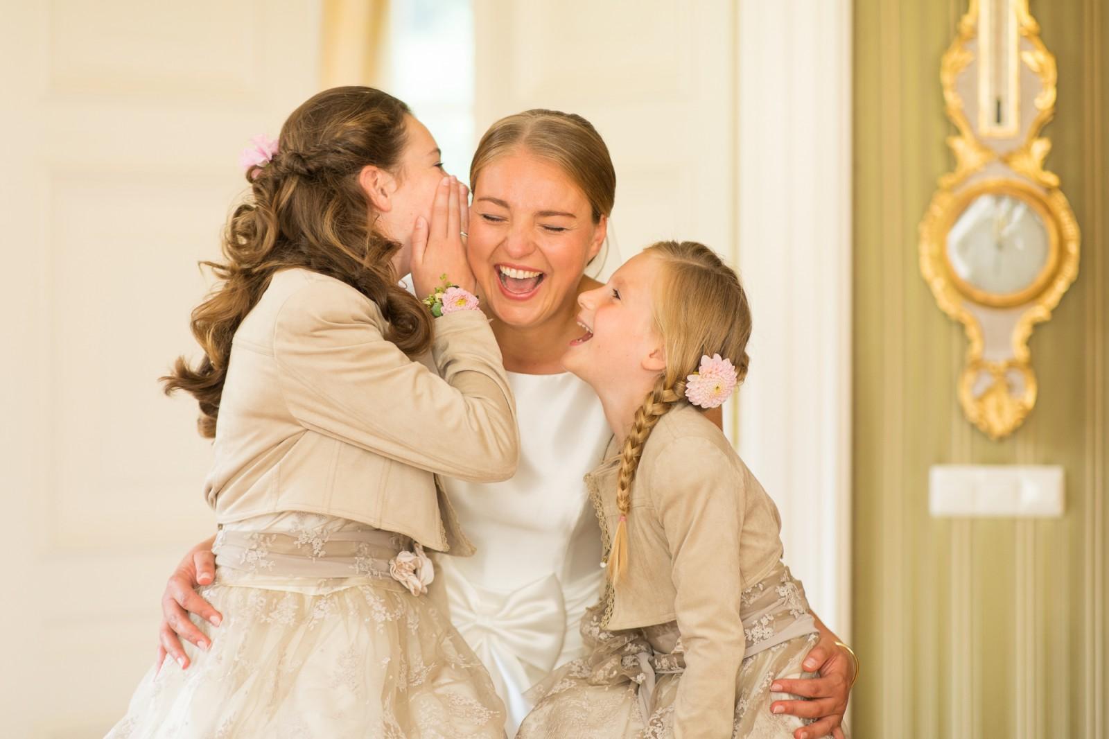 Bruidsmeisjes en bruid hebben plezier