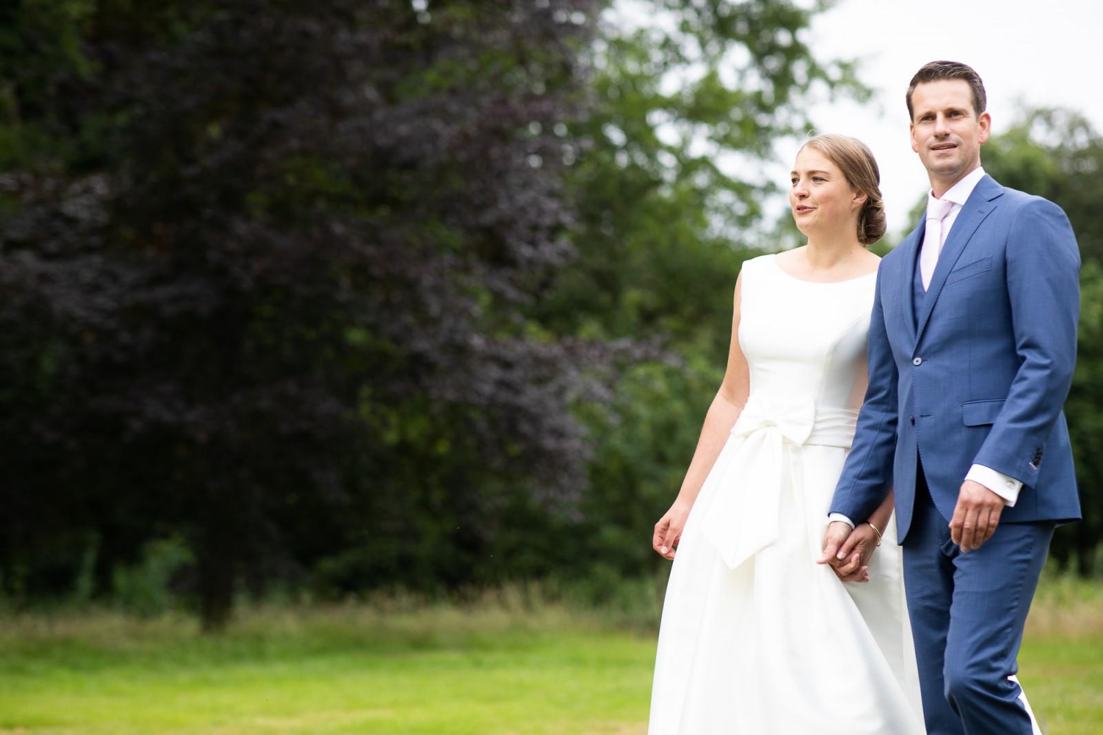 Bruid en bruidegom wandelen