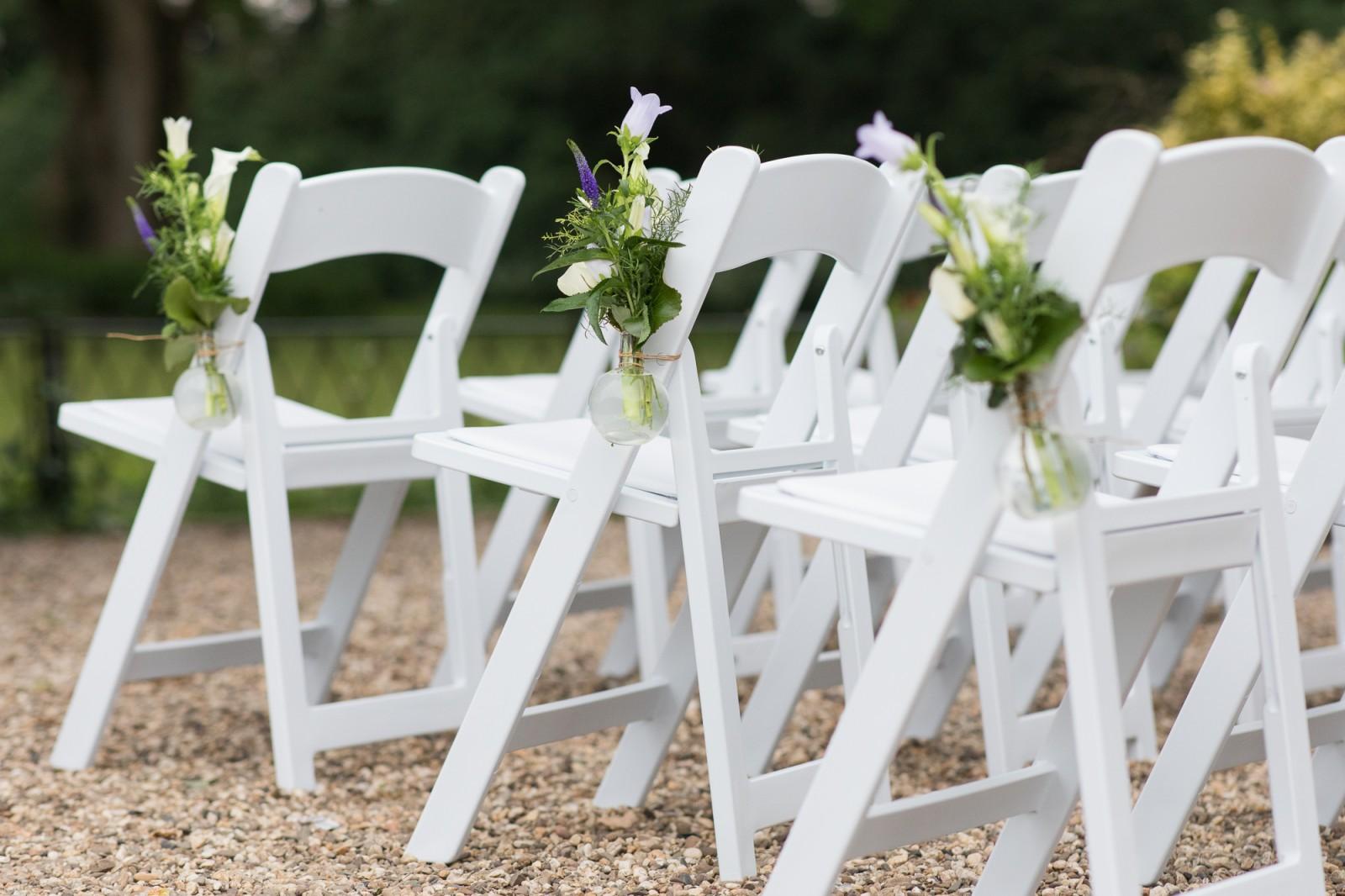Witte Stoelen Design.Witte Stoelen Bij De Ceremonie Liefdevolle En Ongeposeerde
