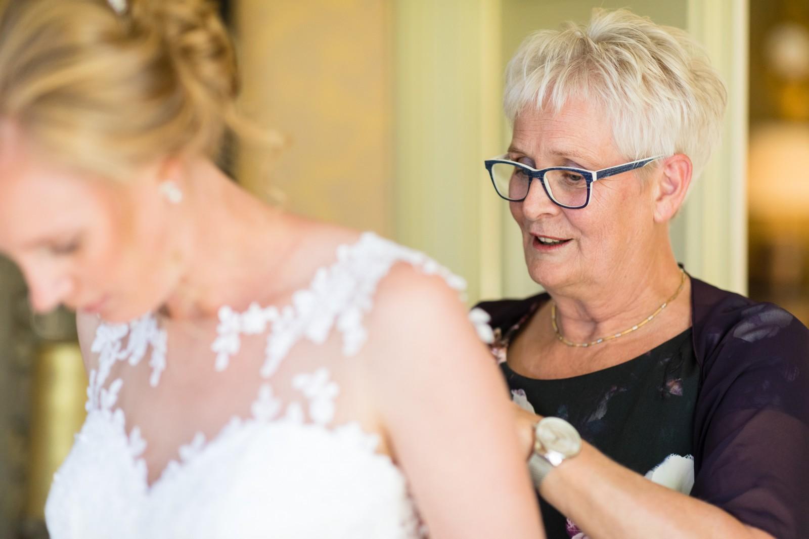Moeder en dochter moment bij bruiloft