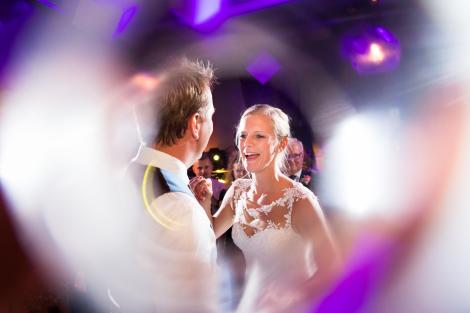 Fotografie tijdens het avondfeest bij een bruiloft