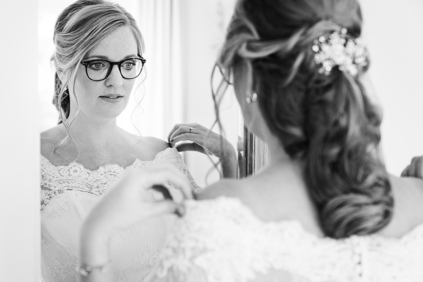 Bruid bij de voorbereidingen bij een spiegel