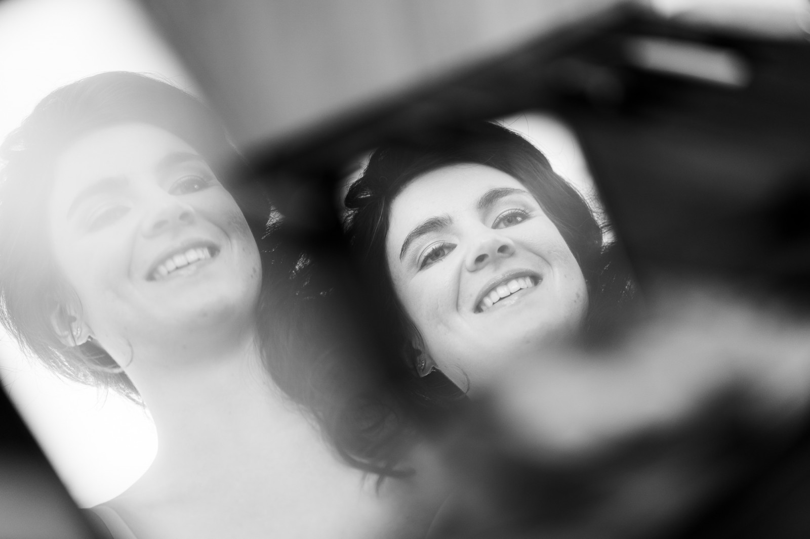 Reflectie van het gezicht van de bruid in een spiegel