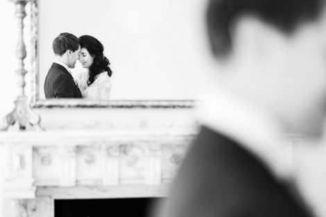 Reflectie van een bruidspaar in een spiegel