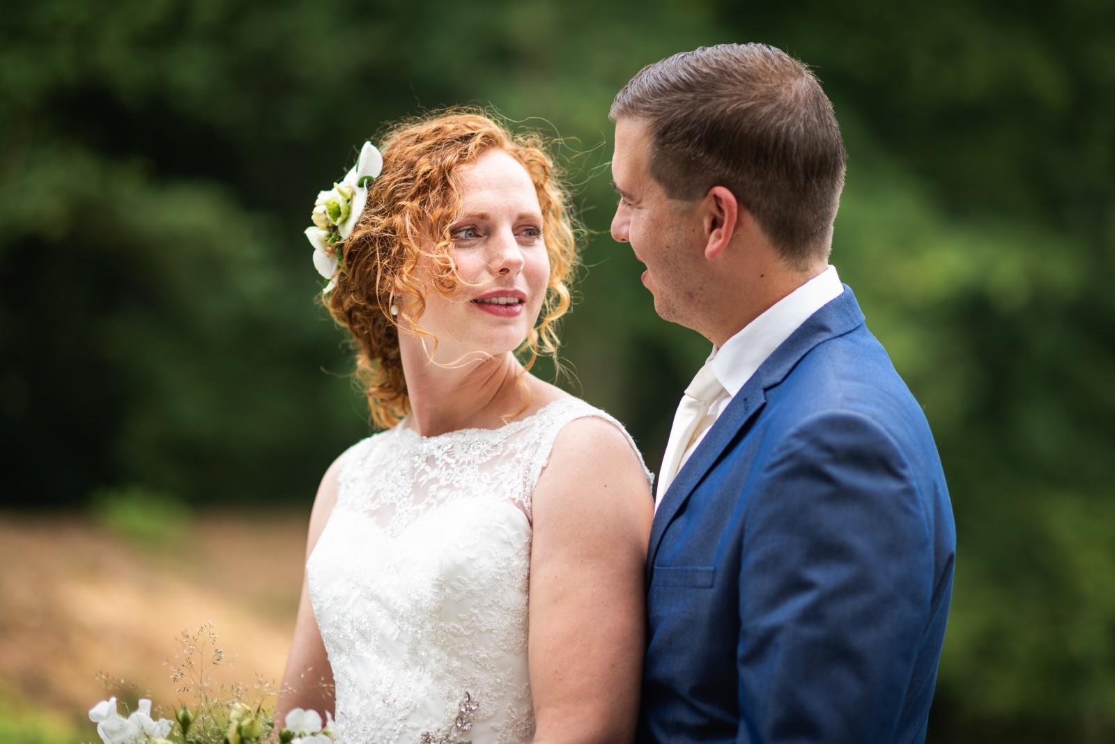 Bruid en bruidegom kijken elkaar in de ogen